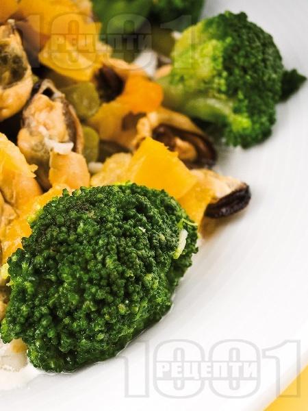 Средиземноморска салата със зелен фасул, варени броколи, лук и миди без черупки - снимка на рецептата